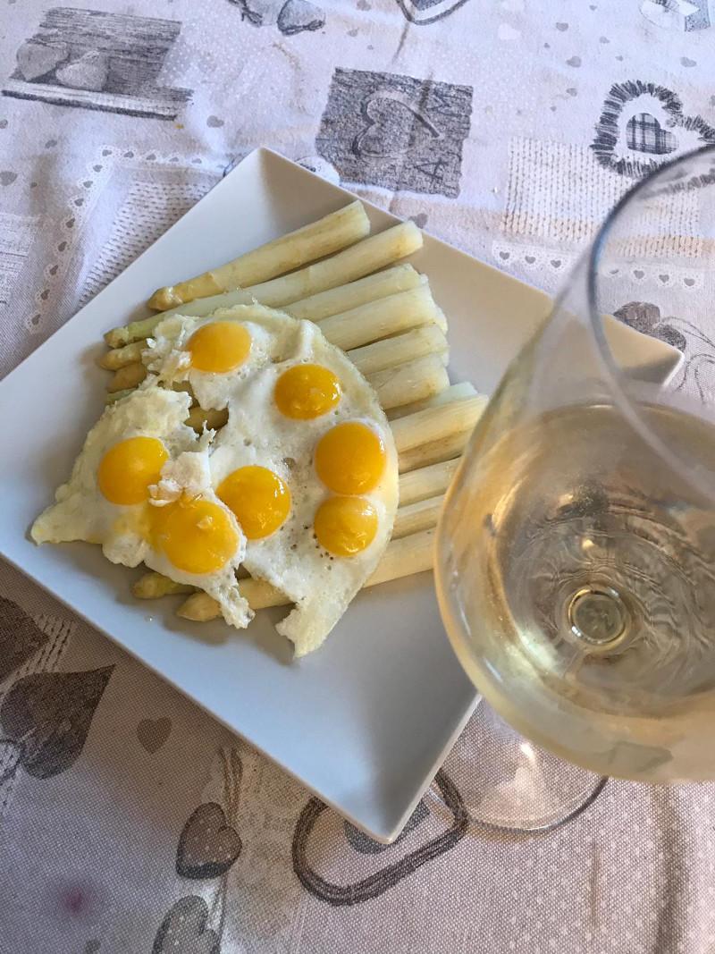 Abbinamento Vino e Asparagi Bianchi con Uova di Quaglia
