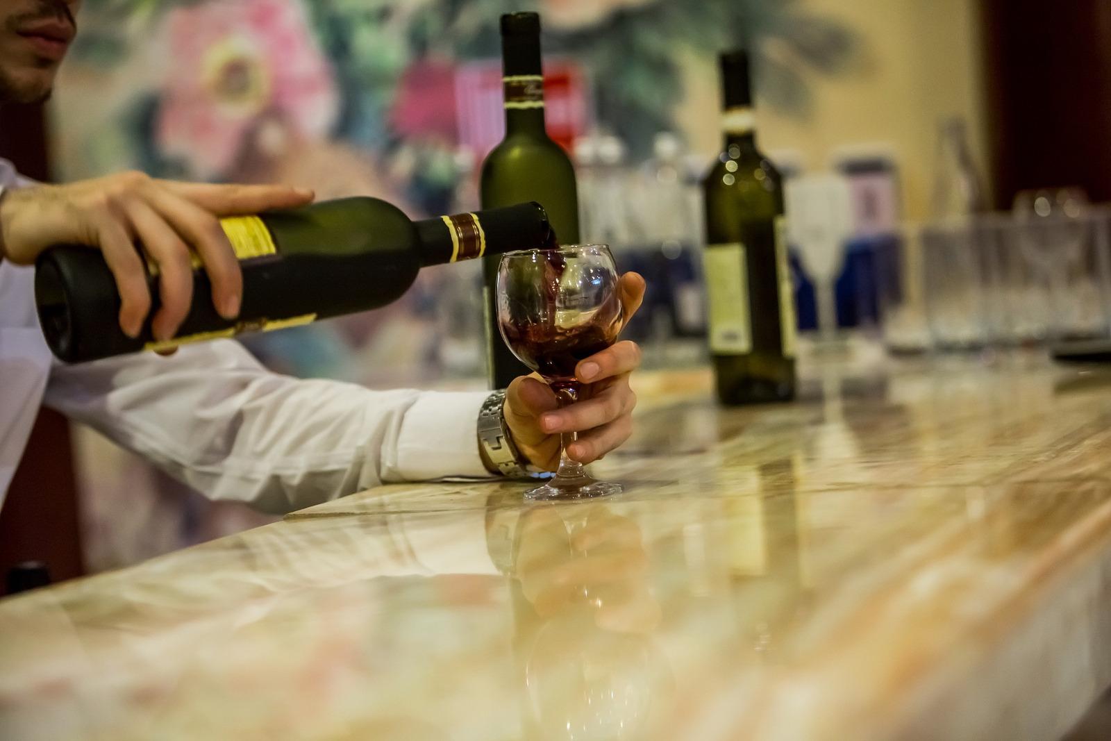 Perché si batte il bicchiere sul bancone del bar?